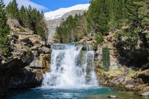 cascada-en-primavera-el-valle-de-ordesa-aragón-españa-109386479